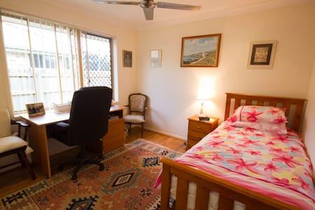 Clean comfortable house near city. - Maison