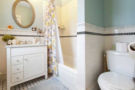 Connected bath to your bedroom - Saint Paul - House