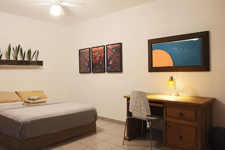 Spacious Guest House w/ Kitchen *Private Access* - Indio - Guesthouse