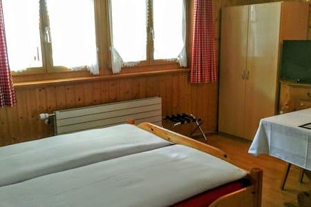 Kleines Doppelzimmer mit Dusche/WC - Wilderswil