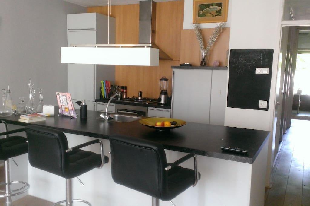 woonkamer met gezellige eetbar / Cosey living room