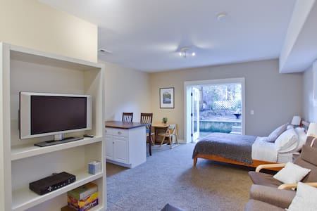 Private suite in new home!  - Portland - House