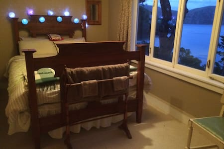 Camp Bay Farmstay, Upstairs Qn Rm - Diamond Harbour - Bed & Breakfast