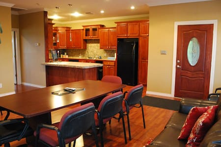 Acadian Business Loft - Baytown - Apartamento
