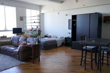 Sunny Studio ~ Great Location! - Apartment