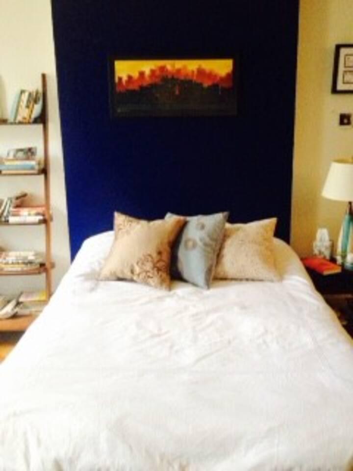 Ultra comfortable tempurpedic memory foam bed - sleep well!