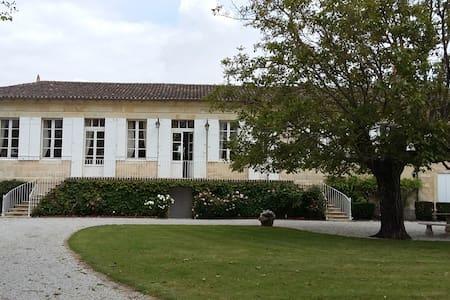 2 Chambres hôtes près Bordeaux - Domaine Madran - Castle