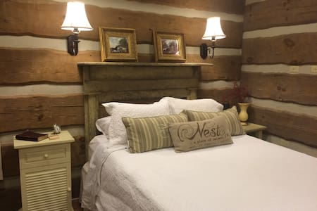 Luxury Riverfront Cabin, Oak Suite - Hattiesburg - Cabin