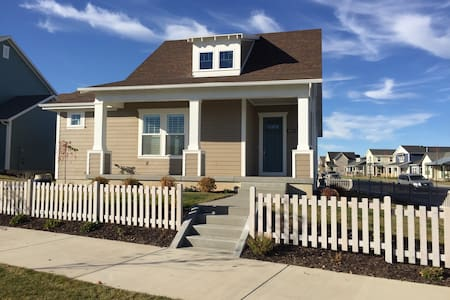 Designer Cottage by the Lake (Private-Lower Level) - South Jordan
