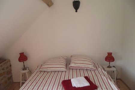 La Grange des Blins, Chambre rouge - Jouy - House