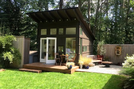 Island Guesthouse, Hot Tub, + Bikes! - Bainbridge Island - Cabane