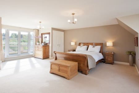 Luxurious master bedroom with en-suite bathroom - House