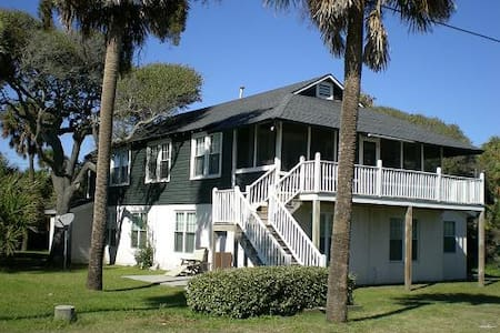 Classic Folly Beach House w/ Ocean - 獨棟