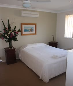 Private bedroom with ensuite - Broadbeach Waters - House