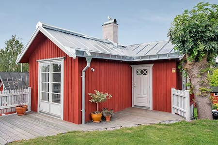 Vaxholms seaview cottage in central Vaxholm - House