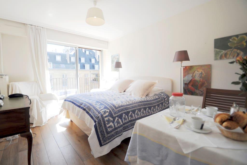 marais unique studio with garden apartments for rent in paris. Black Bedroom Furniture Sets. Home Design Ideas
