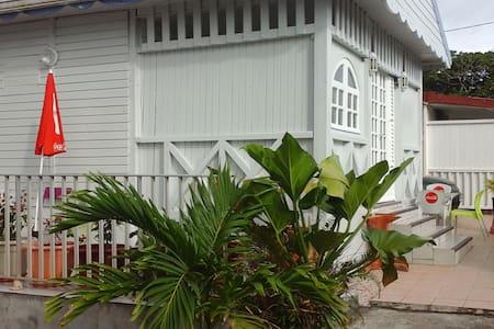 Belle maison dans un jardin - Le Lamentin