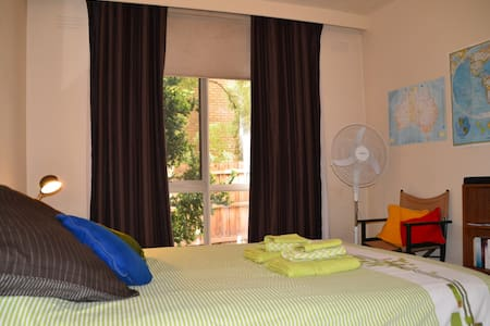 Vibrant locale; close to transport! - Hawthorn East - Apartment