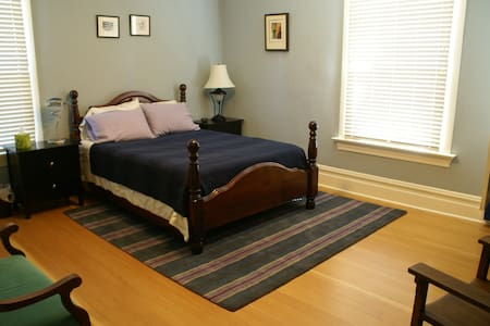 CarltAnn House - Anne Belov Room - Bed & Breakfast