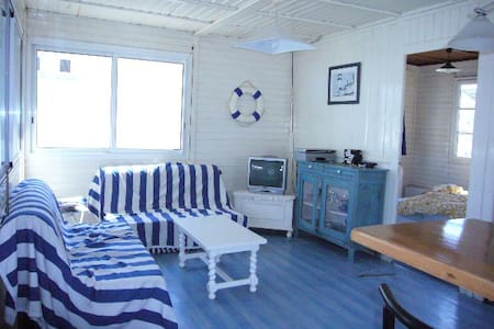 Authentic Cottage for 10, sea view
