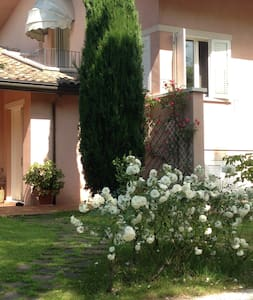 camera con bagno in villa con giardino in campagna - Maison