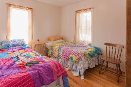 Clean rooms big house near JFK LGA - Queens - Casa