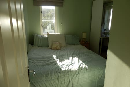 Comfy Double Room, Perfect Location - House