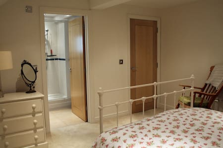 Large, double en-suite room - Twyford