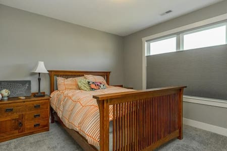 Private Room/Bath 16 miles from DT Des Moines - Waukee - Casa