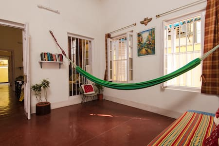 Cozy Oasis In A Yellow Brick House - Kolkata - Apartment