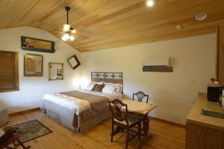 Buttercup Hill Scenic Cabins (AA) - Wimberley - Bed & Breakfast