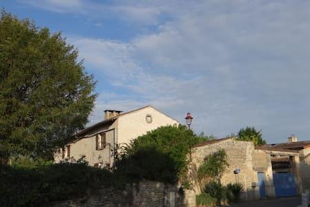 """Une chambre """"royale"""" dans une vieille ferme - Yversay - Erdhaus"""