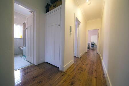 Bright private room in quiet unit - North Bondi - Wohnung