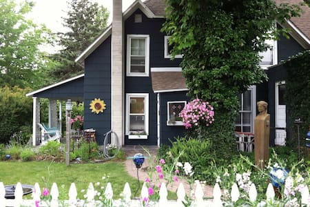 Cozy Charlevoix cottage in town - House