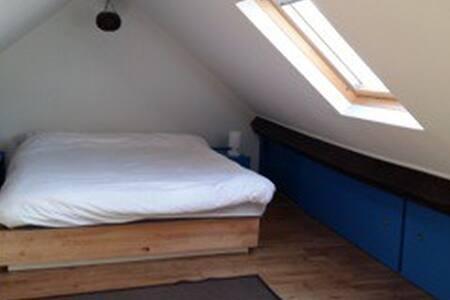 Cosy & luminous private room near midi station - Saint-Gilles - Apartemen