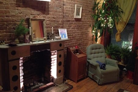 Cozy and big private room in three bedroom apartment with old school Brooklyn charm.  You'll be right in the middle of the best the borough has to offer, in a wonderful, centrally located neighborhood full of fantastic restaurants, shops, parks, and bars. Lots of beauty just walking distance.