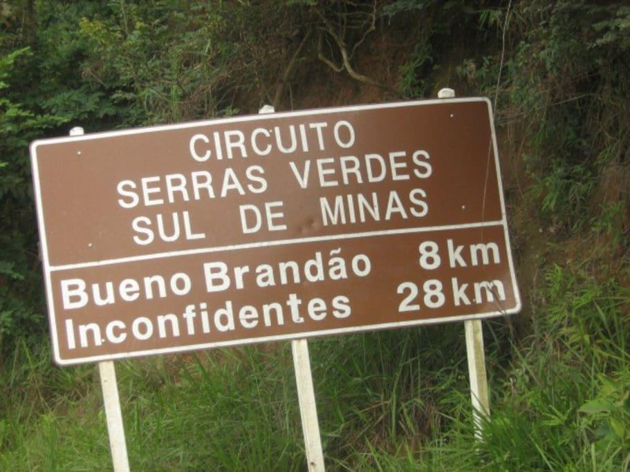 Placas na estrada entre Socorro e Bueno Brandão