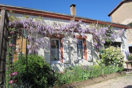 """maison d'hôtes """"les Platanes"""" - Sainte-Suzanne - House"""