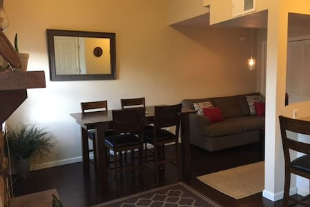 Clean & modern condo 5 min walk to Notre Dame - South Bend - Condominium