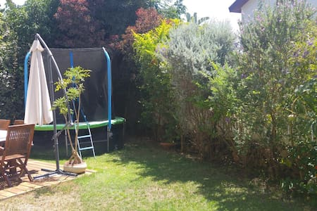 Lovely family home - spacious lounge and  garden - Leilighet