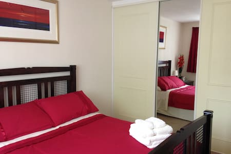 Lovely double bedroom in village location - House