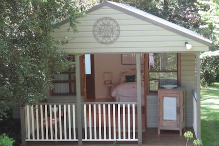 Burgoyne Cottage is a garden studio with ensuite and tea and coffee making facilities. It is of the Australian settlers cottage style in leafy Gordon on Sydney's North Shore. Burgoyne Cottage is a 7 min walk to train, restaurants and 15kms from CBD.