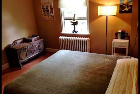 King Sized bed in beautiful room - St John's - Talo