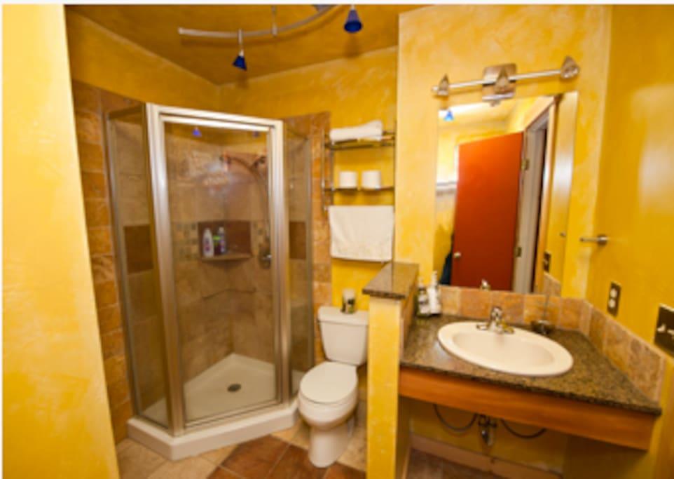 Cozy 2 BEDROOM Cabin. Hottub. Pool