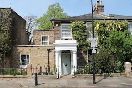 Lovely room on right in 1848 house - London - Bed & Breakfast