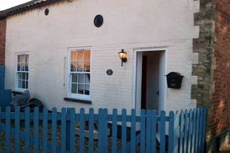Seaside character cottage, sleeps 4 - Rumah