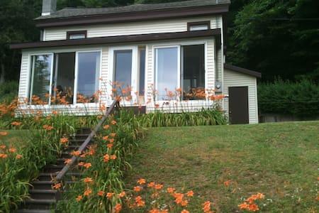 Lovely house on Delaware River - Hancock