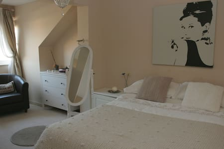 Double Room, Breakfast, Parking - Cardiff - Casa