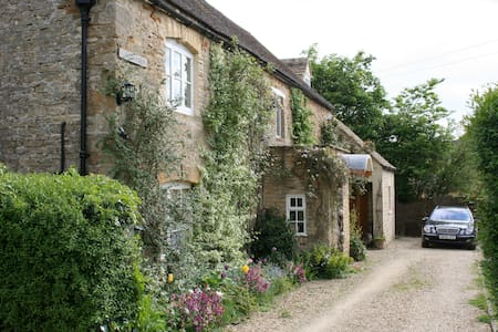 Peaceful Cotswold village (double+single+bathroom) - Huis