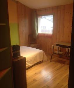 Location pour Femme Chambre à l'étage dans maison - Hus